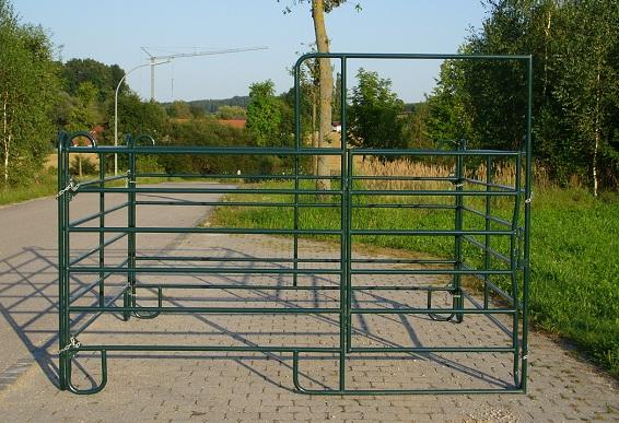 Mobile Pferdebox/Panelbox aus einem Panel mit Tor und drei Weidepanels ohne Tor, Seitenlänge 3 m.