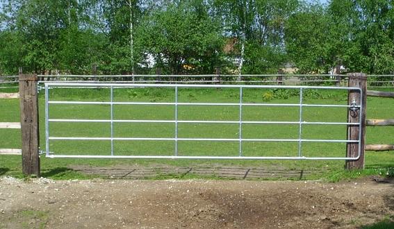Ausziehbares Weidetor als praktischer Zugang zu einer Weide.