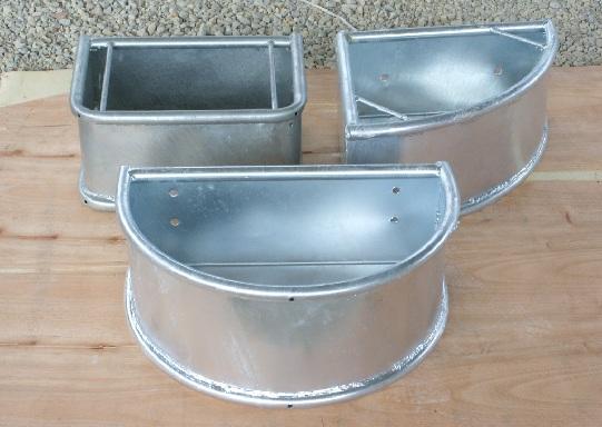 Unser Futtertrog für Pferde ist in drei verschiedenen Varianten erhältlich: Rechtecktrog, Ecktrog und Halbrundtrog