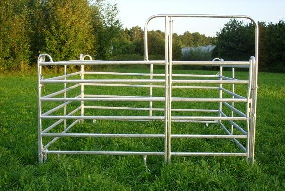 Schnell zu errichtende und beliebig erweiterbare mobile Pferdebox aus einem Panel mit Tor und drei Zaunpanels ohne Tor, Seitenlänge 3 m. Die Zaunpanels können auch zum Bau von Roundpens/Longierzirkeln verwendet werden.