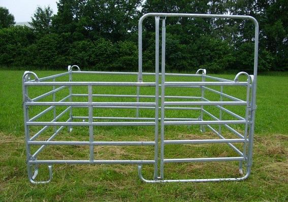 Box für Ponys aus einem Ponypanel mit Tor und drei Ponypanels ohne Tor.